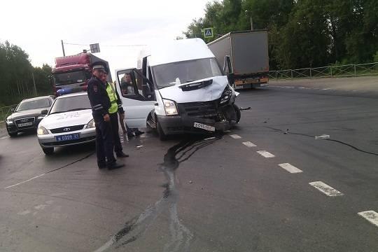 Микроавтобус илегковушка столкнулись вЧувашии, пострадали девять человек